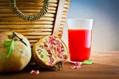 Romã, bebida do suco para o piquenique Fotografia de Stock
