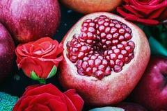 Romã madura do fruto, maçã e rosas bonitas na vida imóvel Imagens de Stock Royalty Free