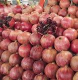 Romã madura e vermelha do fruto e dividido em quatro porções, na perspectiva do fruto da romã Foto de Stock Royalty Free