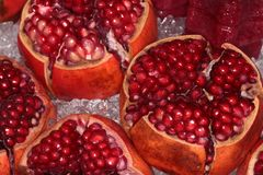 Romã maduras vermelhas no gelo Imagens de Stock