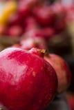 Romã maduras vermelhas para o suco fresco Imagem de Stock Royalty Free