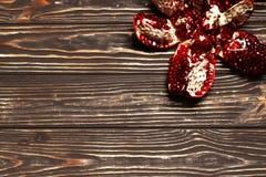 Romã no fundo de madeira foto de stock