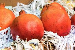 Romã para a venda no fruitstore local Fotos de Stock