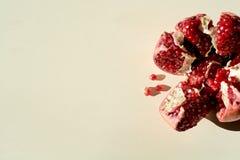 romã suculenta vermelha madura Fruto da romã das grões A romã cortou sob a forma de uma estrela fotos de stock