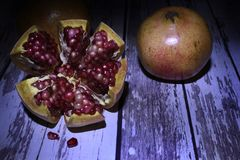Romã um fruto muito suculento e excelente fotografia de stock royalty free