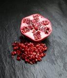 Romã vermelha do suco no fundo escuro Foto de Stock