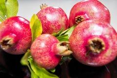 Romã vermelhas naturais frescas fotografia de stock