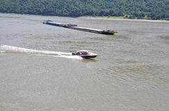 Romênia, o 7 de junho: A barca e o navio da carga do transportador em Danube River em Cazane Gorge, Romênia Imagens de Stock