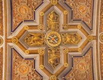 Rom -四名福音传教士的标志corss的在教会圣玛丽亚小山谷生命的天花板从16 分 Ludovico 库存照片