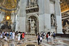 ROM 10. AUGUST: Innenraum von der des St Peter Basilika am 10. August 2009 in Vatikan. Stockbilder