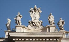 Rom-- Bernini Kolonnade - päpstliche Wappenkunde Stockbilder