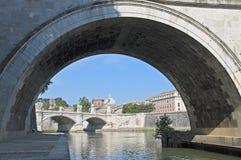 Rom, Brücke über dem Fluss Tiber Lizenzfreies Stockfoto
