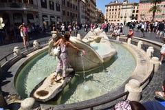 Rom-Brunnen Barcaccia Piazza di Spagna stockfotografie