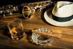 Rom, cigarr och en hatt Arkivbild