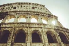 Rom, Colosseo mit Sonnenaufflackern Stockbilder