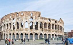 Rom colosseum mit Touristen Lizenzfreie Stockbilder