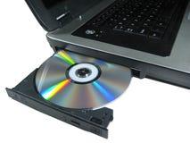ROM de DVD en una computadora portátil abierta para mostrar el disco. Aislado. Foto de archivo libre de regalías