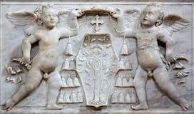 Rom - die Marmorentlastung von Engeln mit der hauptsächlichen Wappenkunde in den Kirche Basilikadi Santa Maria del Popolo Lizenzfreies Stockfoto