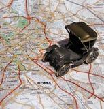Rom durch altes Auto lizenzfreie stockfotos