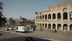 ROM - 20. FEBRUAR: Fahrzeuge und Touristen nahe Roman Colosseum Flavian Amphitheatre stock video footage