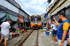 Rom Hub Market (mercado Railway de Maeklong) Imagens de Stock
