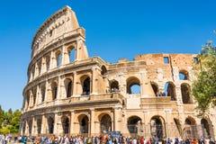 ROM, ITALIEN - 24. APRIL 2017 Äußere Ansicht des Colosseum mit den Touristen, die warten, um hereinzukommen Lizenzfreie Stockbilder