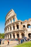 ROM, ITALIEN - 24. APRIL 2017 Äußere Ansicht des Colosseum mit den Touristen, die warten, um hereinzukommen Lizenzfreies Stockfoto