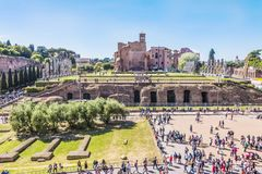 Rom, Italien, am 24. April 2017 Der Palatine-Hügel - Ansicht vom Kolosseum Lizenzfreie Stockbilder