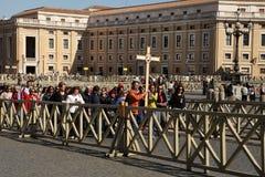 Rom, Italien - 10. April 2016: Groupe von den Pilgern, die zu St.-Haustier gehen Stockbilder