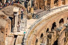 ROM, ITALIEN - 24. APRIL 2017 Innenansicht des Colosseum mit den besichtigenden Touristen Lizenzfreie Stockbilder