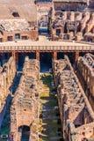 ROM, ITALIEN - 24. APRIL 2017 Innenansicht des Colosseum mit den besichtigenden Touristen Stockfoto