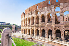 ROM, ITALIEN - 24. APRIL 2017 Seitenansicht des Colosseum an einem sonnigen Frühlingstag Stockfotografie