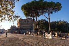 11/09/2018 - Rom, Italien: Bei Castel Sant 'Angelo eine Braut, die pH ist lizenzfreie stockbilder
