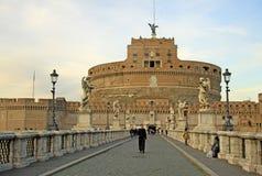 ROM, ITALIEN - 20. DEZEMBER 2012: Junge kirchliche und andere Leute auf der Brücke von Castel Sant ' Angelo in Rom, Italien Stockfoto
