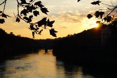 Rom, Italien - 8. Dezember 2016: Sonnenuntergang über dem Tiber-Fluss stockbilder