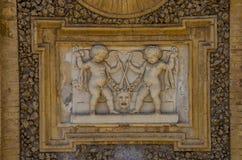 ROM, ITALIEN - JULI 2017: Alte Skulpturmalereien auf einem Fragment der Wand im Landhaus Doria-Pamphili in Rom, Italien Stockbilder