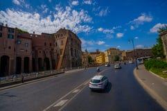 ROM, ITALIEN - 13. JUNI 2015: Ansicht wenigen Teils bei Roman Coliseum, große Straße mit vielen Leuten, die versuchen hereinzukom Lizenzfreie Stockfotos