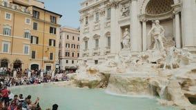 Rom, Italien - Juni 2017: Die vielen Besucher bewundern den berühmten Trevi-Brunnen in der Mitte von Rom Weitwinkelwanne stock video footage