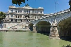 ROM, ITALIEN - 22. JUNI 2017: Erstaunliche Ansicht des Obersten Gerichts der Aufhebung und des Tiber-Flusses in der Stadt von Rom stockbild
