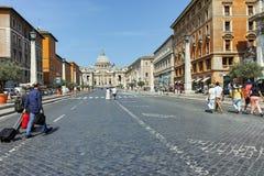 ROM, ITALIEN - 23. JUNI 2017: Erstaunliche Ansicht von St- Peter` s Quadrat und St- Peter` s Basilika in Rom Lizenzfreies Stockbild