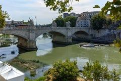 ROM, ITALIEN - 23. JUNI 2017: Erstaunliche Ansicht von Tiber-Fluss und von Ponte Principe Amadeo Savoia Aosta in der Stadt von Ro Stockfotos