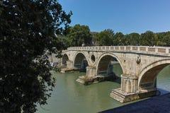 ROM, ITALIEN - 23. JUNI 2017: Erstaunliche Ansicht von Tiber-Fluss und von Ponte Sisto in der Stadt von Rom Stockfotos