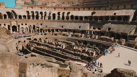 Rom, Italien - Juni 2017: Innerhalb des berühmten Colosseum in Rom Gruppen Touristen besuchen den berühmten Markstein von Italien stock footage