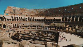 Rom, Italien - Juni 2017: Innerhalb des berühmten Colosseum in Rom Gruppen Touristen besuchen den berühmten Markstein von Italien stock video footage