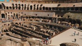Rom, Italien - Juni 2017: Innerhalb Roman Colosseums Neigungsschuß stock video footage