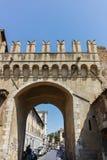 ROM, ITALIEN - 23. JUNI 2017: Ruinen von Porta Settimiana in der Stadt von Rom Lizenzfreie Stockfotos