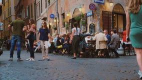 Rom, Italien - Juni 2017: Straßenleben in der Mitte von Rom Besucher essen in einem Café, gehen entlang die Straße und nehmen stock footage