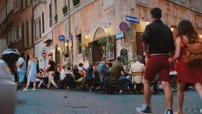 Rom, Italien - Juni 2017: Straßenleben im Rom Besucher essen in einem Café, gehen entlang die Straße und machen Fotos von stock footage