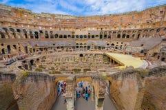 ROM, ITALIEN - 13. JUNI 2015: Touristen, die Roman Coliseum, Innenansicht vom Eingebung zur Spitze besuchen Stockfoto