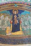ROM, ITALIEN - 10. MÄRZ 2016: Apsismosaik von Madonna unter den Engeln in der byzantinischen Art in den Basilikadi Santa Maria in Stockbild